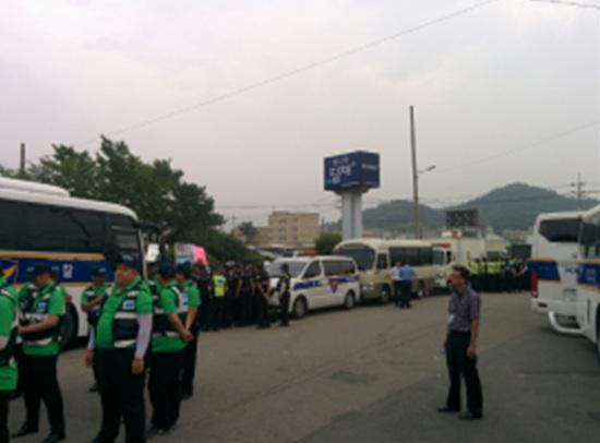 경찰차에 가로막힌 가족들.
