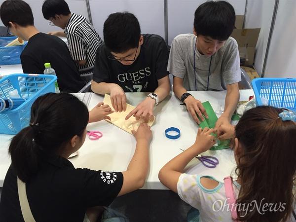 4일 서울 코엑스에서 개막한 대한민국과학창의축전에 참가한 청소년들이 중고교 과학반 학생들이 진행하는 과학 실험 프로그램에 참여하고 있다.