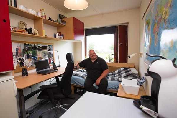 덴마크 수비수거드 교도소(Statsfængslet pa Søbysøgard) 열린교도소 생활관에 있는 재소자 톰의 방. 서울의 고시원보다 넓은 방에 책상, 냉장고, 수납장, 세면대가 갖춰져 있고, 노트북PC와 캡슐커피기계 등이 갖춰져 있다.