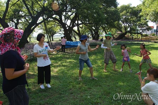 7일 오후 사드 반대 SNS 모임 주최로 성밖숲으로 소풍나온 성주 주민들이 음악에 맞추어 율동을 하고 있다.