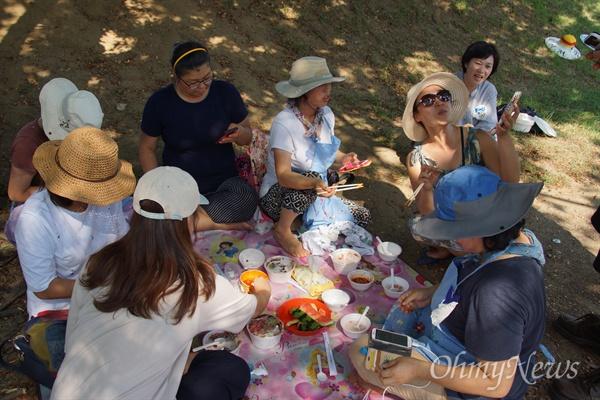 사드 철회를 촉구하는 성주군민들의 SNS모임 '1318+'의 소풍에 나온 주민들이 음식을 나누어 먹고 있다.