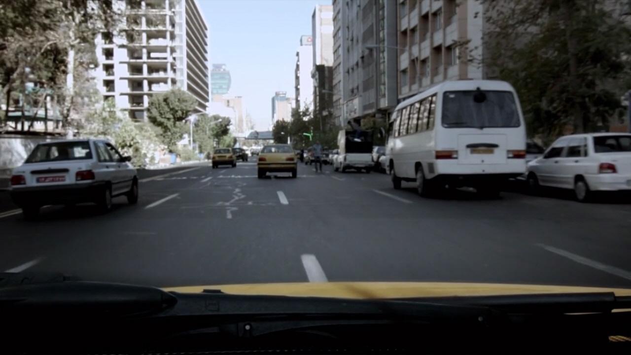 <택시>는 제목 그대로 택시를 타고 이란의 수도 테헤란 곳곳을 누빈다.