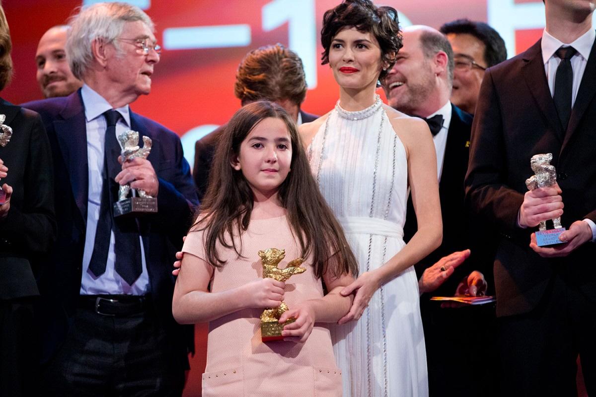 2015년 제65회 베를린영화제 황금곰상을 조카인 하나 세이디가 대리 수상하는 모습.