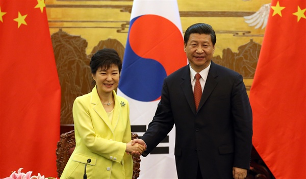 박근혜 대통령과 시진핑 중국 국가주석이 27일 오후 인민대회당에서 열린 공동기자회견에서 회견을 마친뒤 환한 표정으로 악수하고 있다.