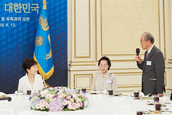 광복군 출신 독립유공자 김영관(92) 선생이 12일 박근혜 대통령 초청 독립유공자 및 유족과의 오찬에서 인사말을 통해 '건국절 논란은 역사 왜곡'이라고 비판했다.