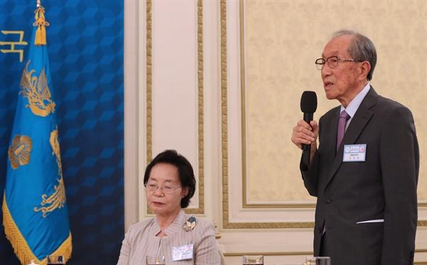 독립유공자 김영관 선생이 12일 청와대에서 열린 독립유공자 및 유족과의 오찬에서 대표 인사말을 하고 있다.