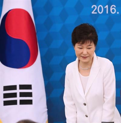 박근혜 대통령이 12일 청와대에서 열린 독립유공자 및 유족과의 오찬에서 인사말을 한 뒤 자리로 돌아가고 있다.