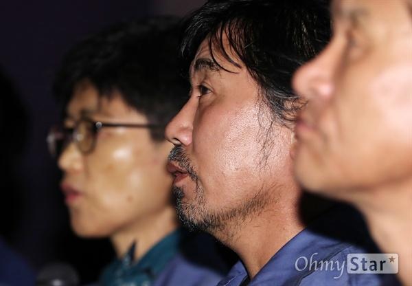 '그림자들의 섬' 일하는 자들의 찬란한 삶 12일 오후 서울 동대문 메가박스에서 열린 다큐멘터리 <그림자들의 섬> 시사회에서 박성호씨가 기자들의 질문을 듣고 있다. 제40회 서울독립영화제에서 대상을 수상한 <그림자들의 섬>은 맨손으로 배 한 척을 만들어내는 이들이 30년 동안 일궈온 경험을 통해, 모든 '일하는 그림자'들의 가장 평범하기에 가장 찬란한 삶의 순간을 이야기하는 다큐멘터리다. 25일 개봉.