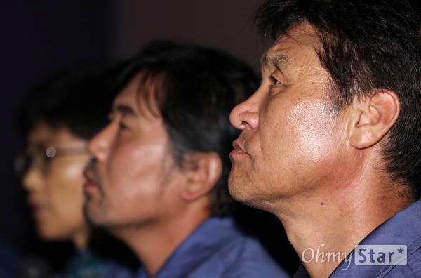'그림자들의 섬' 일하는 자들의 찬란한 삶 12일 오후 서울 동대문 메가박스에서 열린 다큐멘터리 <그림자들의 섬> 시사회에서 윤국성씨가 기자들의 질문을 듣고 있다. 제40회 서울독립영화제에서 대상을 수상한 <그림자들의 섬>은 맨손으로 배 한 척을 만들어내는 이들이 30년 동안 일궈온 경험을 통해, 모든 '일하는 그림자'들의 가장 평범하기에 가장 찬란한 삶의 순간을 이야기하는 다큐멘터리다. 25일 개봉.