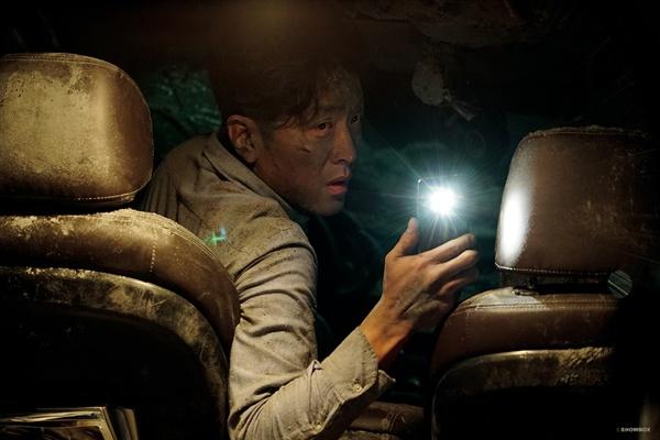 영화 <터널> 중 한 장면. 주인공 정수(하정우)는 귀가하던 중 터널이 무너져 차 안에 갇힌다.