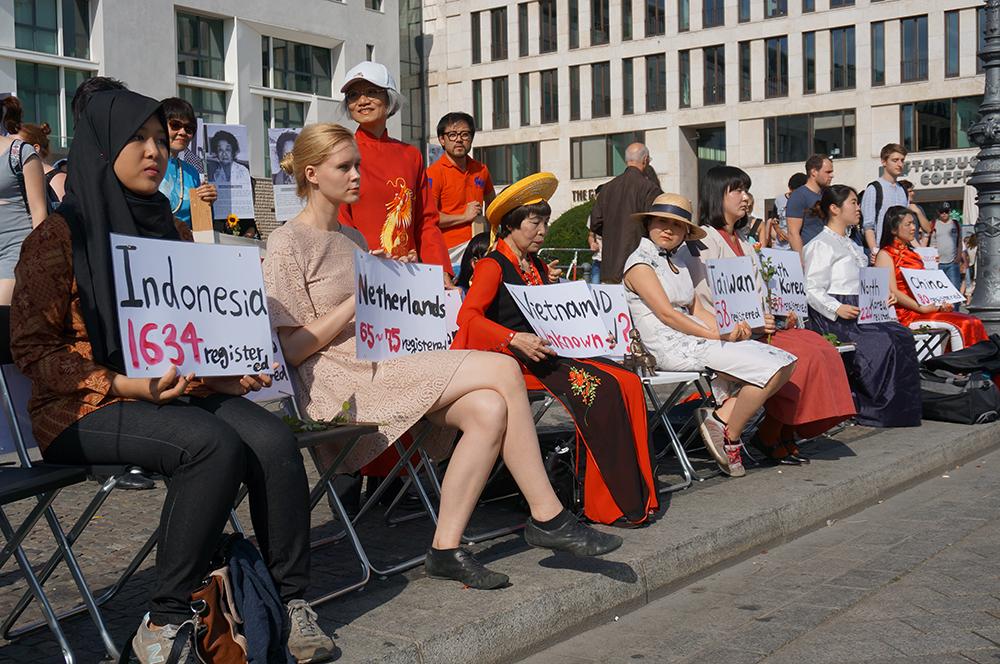 일본군 위안부 피해국 15개국을 상징하는 의자들과 살아있는 소녀상 퍼포먼스
