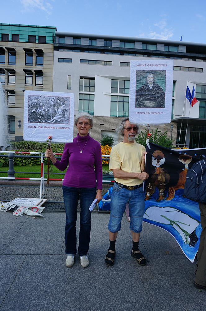 한일 위안부 협상무효 시위에 참여한 독일인 바바라씨와 귄터씨