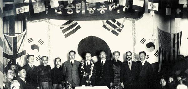 이승만 대통령 환영식  1921년 상해에 도착한 이승만 대통령 환영식. 가운데가 이승만, 좌측이 이동휘, 우측이 안창호다.