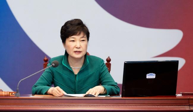 """2016년 8월 2일, 박근혜 대통령이 국무회의를 주재하고 있다. 이 자리에서 사드 배치의 당위성을 설명하며  """"저도 가슴 시릴 만큼 아프게 부모님을 잃었다""""고 말했다."""