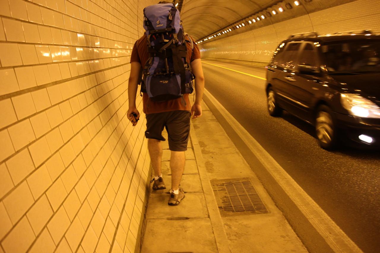 산술터널. 자등리와 잠곡리를 잇는 200여 미터의 산술터널을 지나며 결심한 바가 있다. 다시는 터널을 통과해 걷지 않겠노라고.