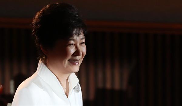 박근혜 대통령이 15일 오전 세종문화회관 대강당에서 열린 제71주년 광복절 경축식에서 축사한 뒤 자리로 이동하고 있다.