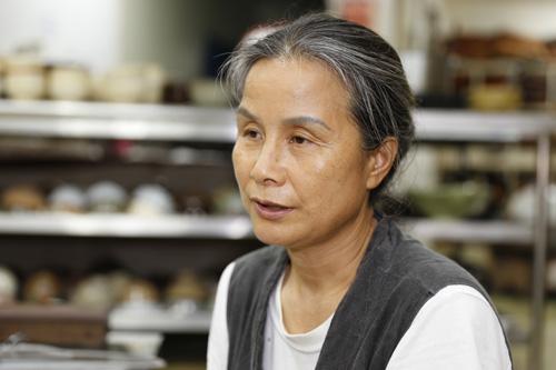 36가지 약초로 밥상을 차려내는 최금옥 씨. 최 씨가 약초밥상에 대한 이야기를 들려주고 있다.