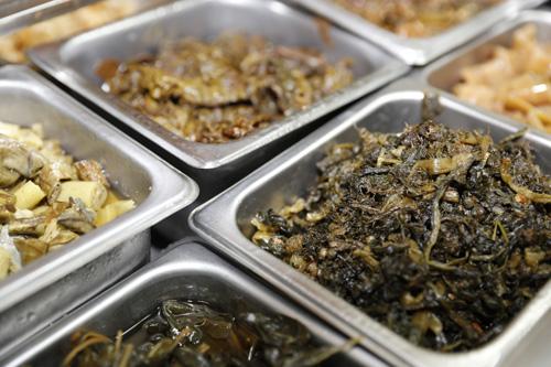슬로시티 약초밥상의 약초나물들. 수십 가지 약초가 장아찌로 무쳐졌지만, 저염 발효시켜 짜지 않다.