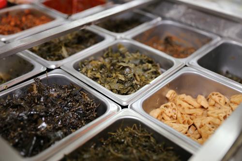 슬로시티 약초밥상의 약초 나물들. 36가지의 이름과 효능이 따로 적혀 있어 골라서 먹는 재미가 색다르다.