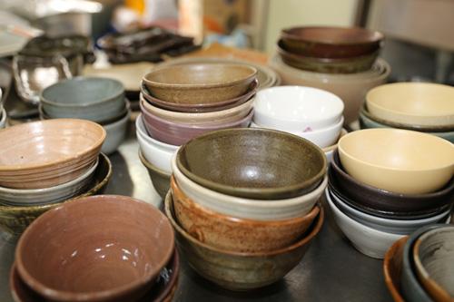 슬로시티 약초밥상의 그릇들. 최금옥 씨가 직접 빚어 만든 것들이다.