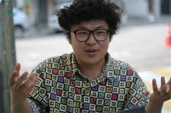 중식이밴드의 보컬 중식이가 서울 연남동의 한 카페에서 <단비뉴스>와 인터뷰하고 있다.