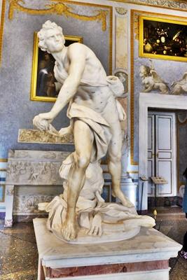 보르게세미술관의 다비드상 돌 던지기 전의 앙다문 입술에서 긴장되고 결의에 찬 표정이 인상적이고 베르니니의 얼굴을 새겨넣었다고 한다.