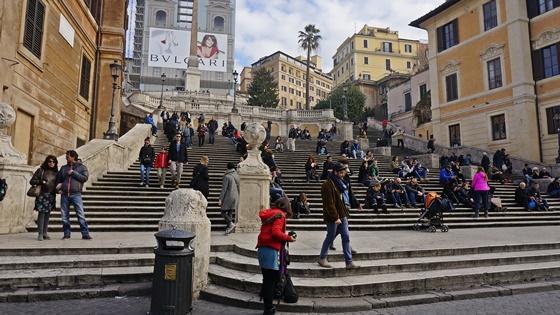 """스페인계단 영화 """"로마의 휴일""""에서 오드리헵번이 아이스크림을 먹었던 계단. 지금은 음식물섭취 금지이다."""
