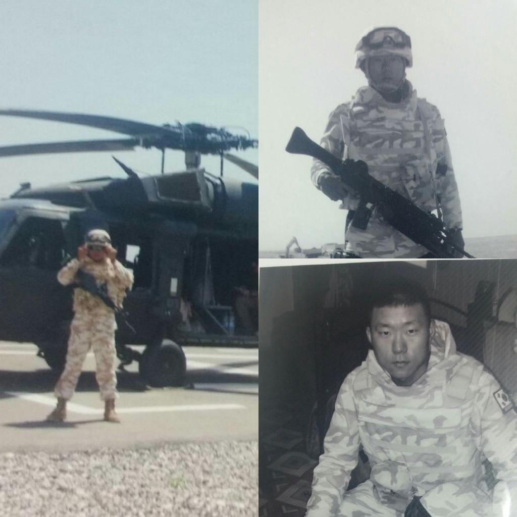 이라크 파병시 훈련중에 포즈를 취하고 있는 장성원 사장, 최근 인기 드라마 '태양의후예' 에서 선보였던 군복과 유사하다.
