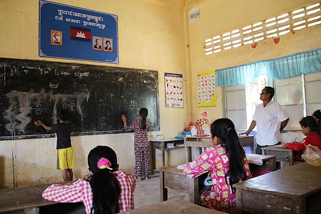캄보디아 시골 초등학교 수업 모습. 현지 교육전문가들은 한국 대학생 봉사단체의 단기수업프로그램이 오히려 아이들의 수업권과 교사들이 교육권리를 침해한다고 지적한다.