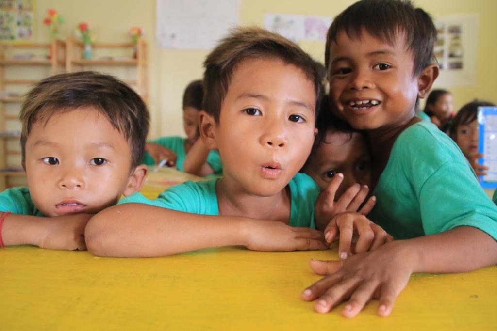 해맑게 웃고 있는 캄보디아 아이들