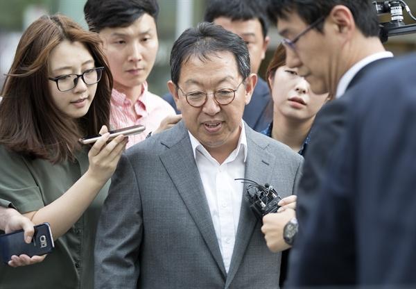 우병우 청와대 민정수석을 둘러싼 각종 의혹을 조사할 대통령 직속 이석수 특별감찰관이 7월 26일 오후 서울 종로구 특별감찰관실이 있는 건물을 나서고 있다.