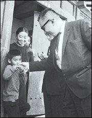 1966년 장준하 선생이 박정희를 향해 '밀수왕초'라고 하며 '국가원수모독죄' 로 구속 될 당시 서대문 전세집 문앞에서 어린 장호준과 작별인사를 하는 장준하 선생