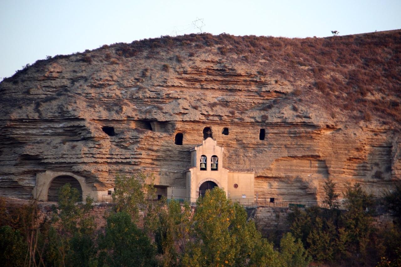 바위산의 성모마리아 성당 12세기에 지어진 석굴 성당이다