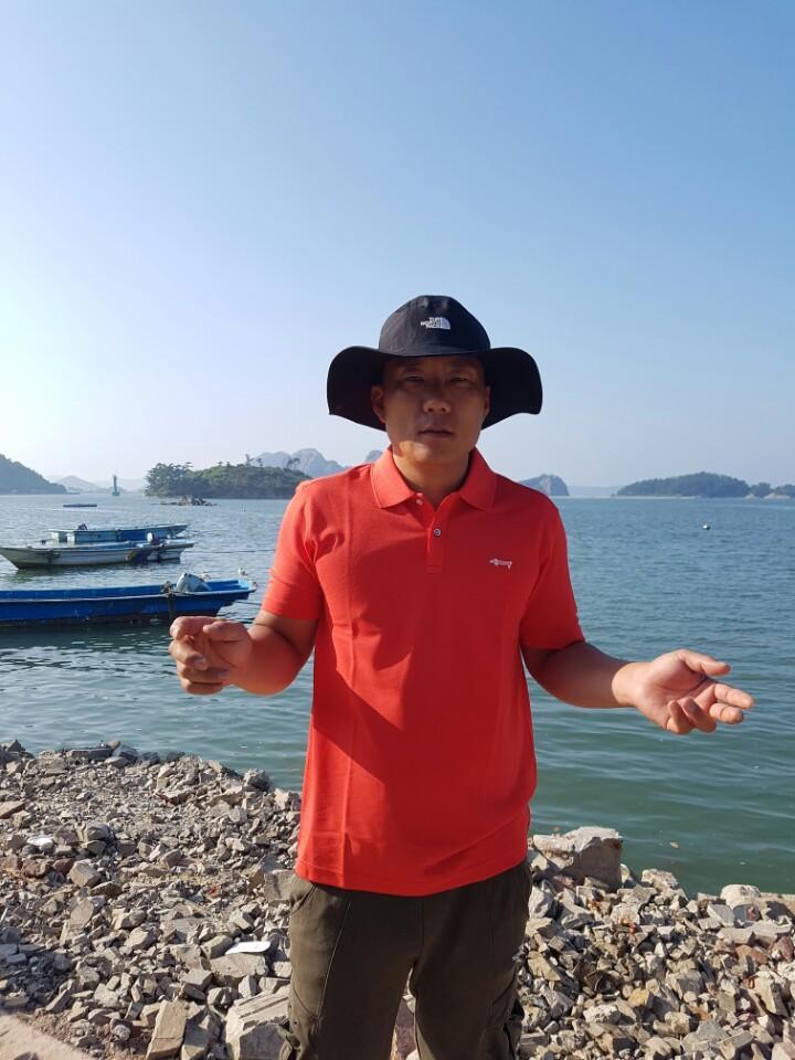 귀항후 마을 어귀에서 인터뷰에 응하고 있는 장성원 사장