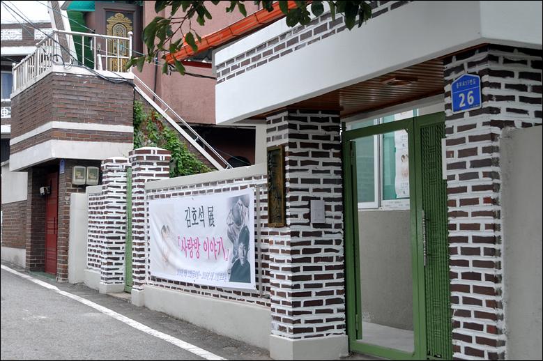 대전작가회의 회장 김희정 시인이 대전 중구 대흥동에  '미룸(美 ROOM) 갤러리'(중구 충무로 55번길 26)를 열었다. 일반주택을 개조해 만든 '미룸갤러리'의 출입구 모습.