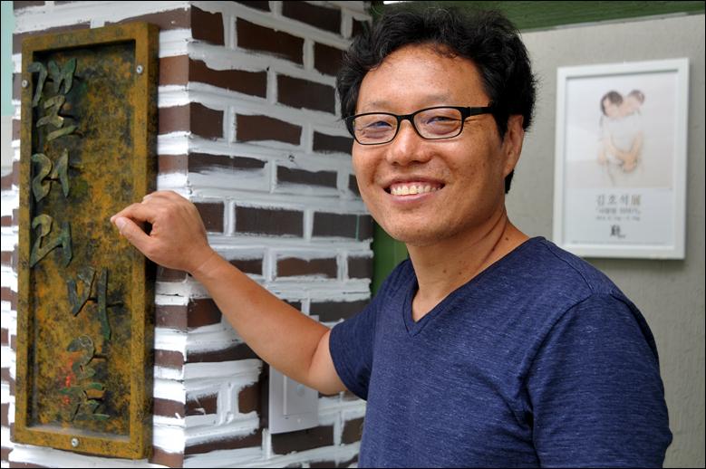 미룸갤러리 입구 앞에 선 김희정 시인