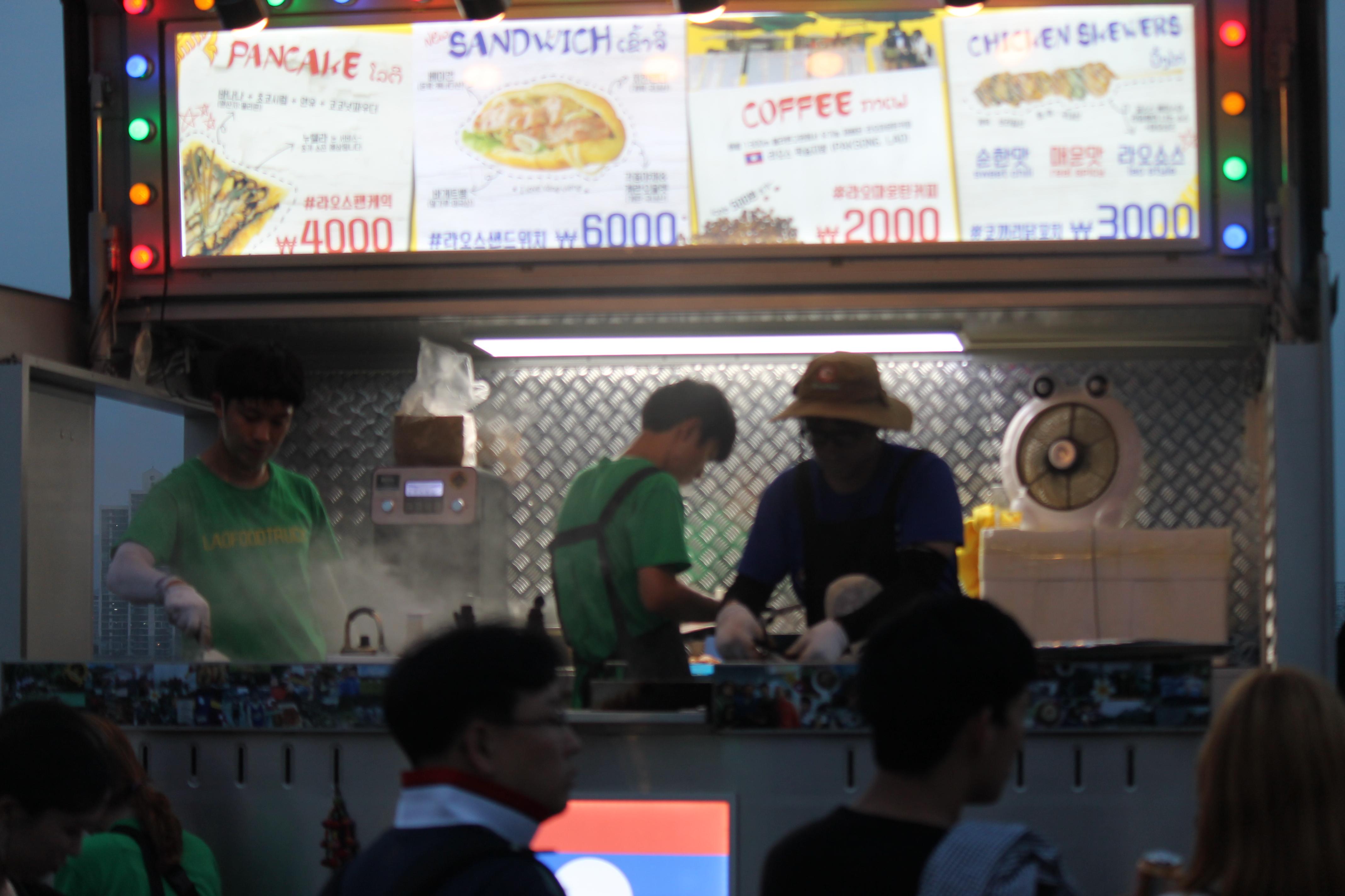 라오스 길거리 음식을 전문적으로 파는 '라오푸드트럭'. 한강밤도깨비야시장에는 이같은 푸드트럭 30여개가 성업중이다.