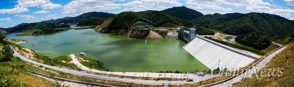 댐에 막혀 녹조로 뒤덮인 낙동강 27일 오후 경북 영주 영주댐이 들어선 일대 낙동강에 녹조가 창궐하고 있다.