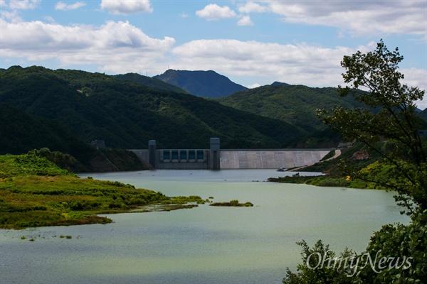 27일 오후 경북 영주 영주댐이 들어선 일대 낙동강에 녹조가 창궐하고 있다.