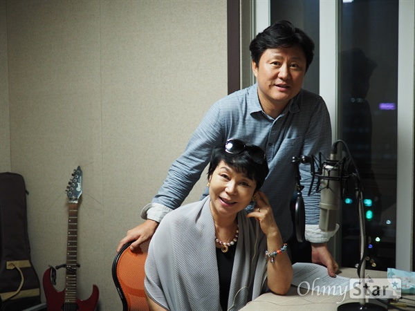 2016년 8월 22일. <서프라이즈> 내레이션을 녹음 중인 성우 홍승옥, 최원형