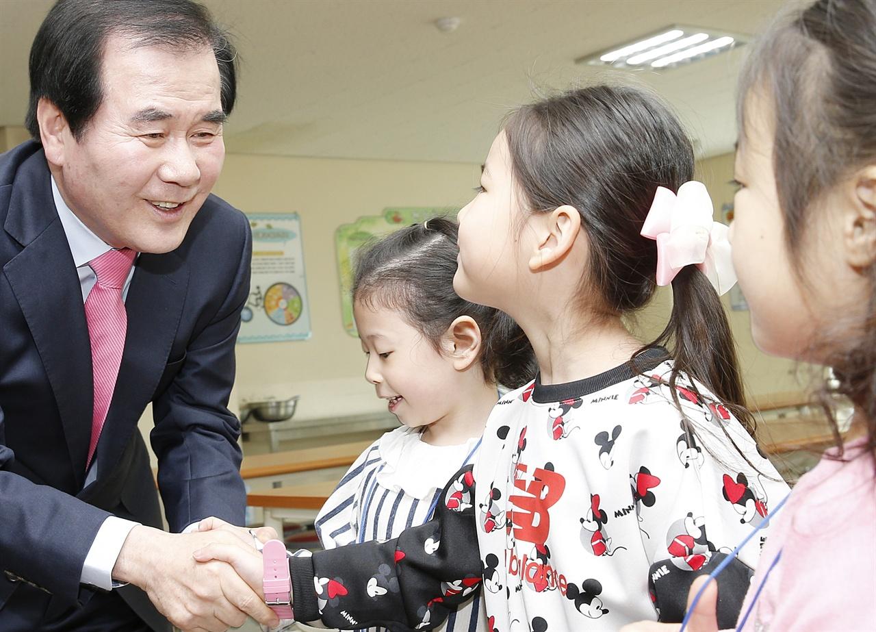 김지철 교육감은 아이들이 행복한 학교 만들기가 목표다.