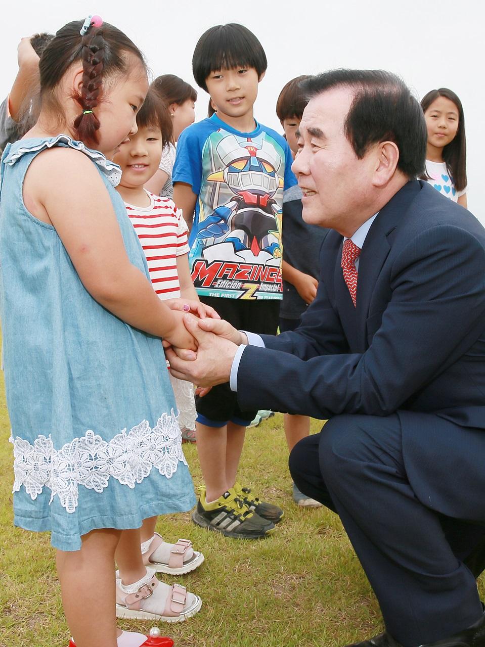 김지철 교육감이 초등학생 눈높이에 맞춰 이야기하고 있다. 김 교육감은 교육감 자리는 누리는 자리가 아니라 봉사하는 자리라고 강조했다.