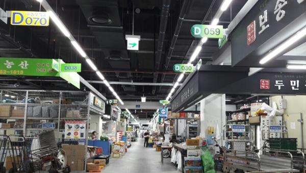 가락몰 지하1층에 위치한 청과물 판매장의 모습.