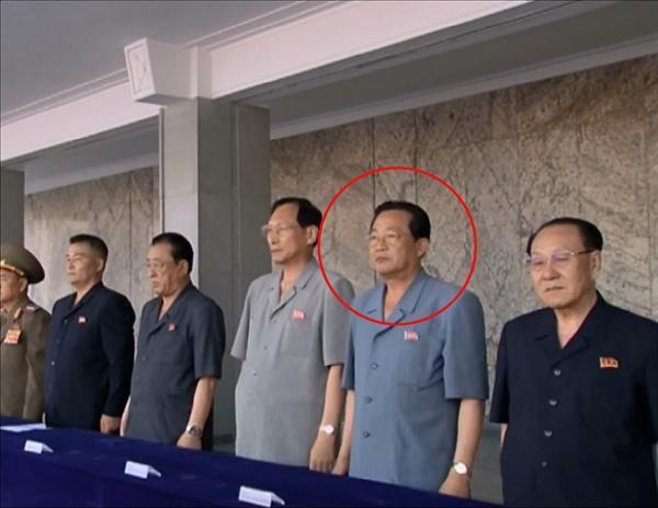 통일부는 31일 북한의 김용진(붉은 원) 내각 부총리가 처형됐다고 밝혔다. 사진은 지난 7월 2일 김정은 국무위원장 추대 평양시 군민경축대회에 참석한 김용진. 2016.8.31