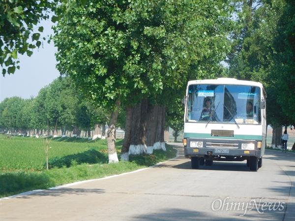 황해도 과일군과 사리원을 오가는 북한의 지방 버스.