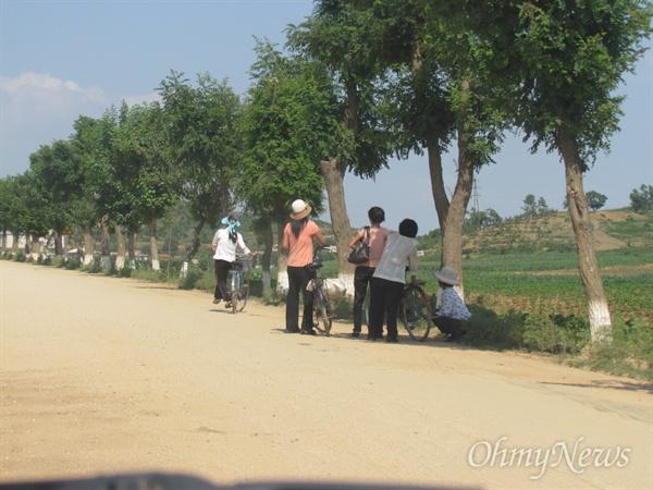 자전거를 이용하는 북한의 지방 사람들.
