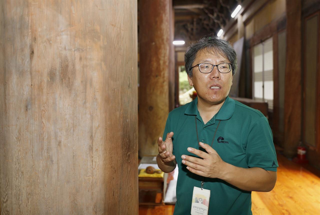 임세웅 전남문화광광해설사가 화엄사 각황전에서 관광해설을 하고 있다. 그가 추천하는 구례 여행지 가운데 하나가 각황전이다.
