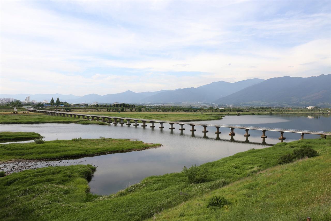 구례 문척에서 본 섬진강과 지리산 풍경. 임세웅 씨가 삶터를 구례로 옮기게 만든 풍경 가운데 하나다.