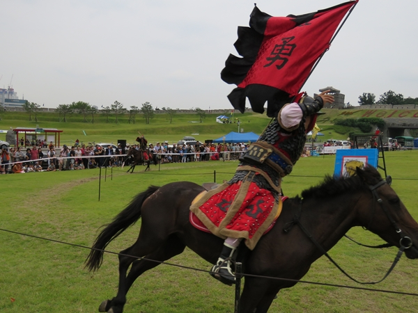 마상무예 말을 타고 달리면서 시범을 보이는 마상무예