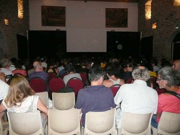 영화를 관람하기 위해 모인 관객들